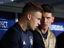 Knipser wie Mario Gomez (r) und Außenverteidiger wie Joshua Kimmich sind begehrte Spielertyp beim DFB
