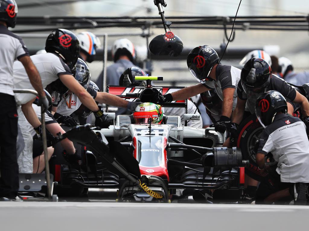 Die Haas-Mechaniker werden beim Test in zwei Schichten rund um die Uhr arbeiten