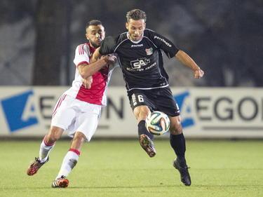 Tom Daemen (r.) houdt met zijn arm Ogur Kaya (l.) van zich af in het bekerduel tussen de amateurs van Ajax en NEC. (23-09-2014)