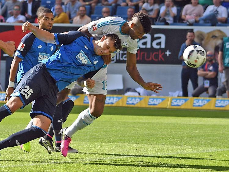 Eric Maxim Choupo-Moting setzt sich gegen Niklas Süle durch und köpft beim Gastspiel des FC Schalke in Hoffenheim zum 1:0 für die Knappen ein.