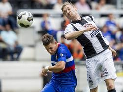 Mike te Wierik (r.) springt hoger dan Fran Sol (l.) en wint het kopduel tijdens de wedstrijd Heracles Almelo - Willem II. (14-08-2016)