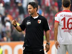 Dirk Schuster bejubelt seinen ersten Heimsieg als FCA-Trainer