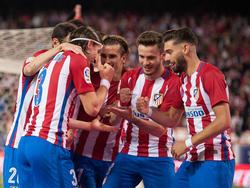 Filipe Luis (l.) bejubelt mit seinen Kollegen den Siegtreffer