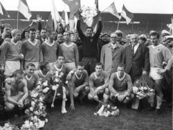 1966 präsentierten Keeper Petar Radenković und Co. den Löwen-Fans die Schale