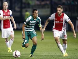 Mitchell Dijks (r.) snelt achter Zeca (m.), de aanvoerder van Panathinaikos, aan tijdens de eerste groepswedstrijd van de Europa League.