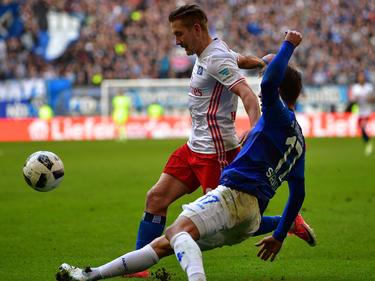 Lewis Holtby (l.) kämpft gegen Darmstadt mit Sandro Sirigu um den Ball