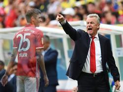 Ottmar Hitzfeld (r.) setzt sich für Thomas Müller als FCB-Kapitän ein