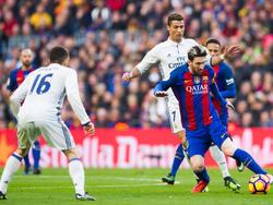 Messi conduce perseguido por Cristiano Ronaldo (Foto: Getty)