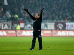 Ewald Lienen wurde nach dem Sieg gegen Leipzig frenetisch gefeiert