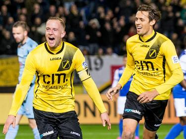 Sjoerd Ars (l.) zoekt na zijn openingstreffer tegen FC Den Bosch het publiek op, terwijl Uroš Matić zijn teamgenoot opzoekt na de goal. (20-11-2015)