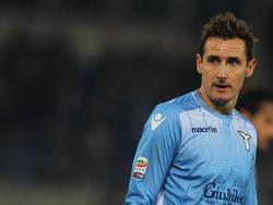 Miroslav Klose liefert sich eine Schlammschlacht mit Lazio