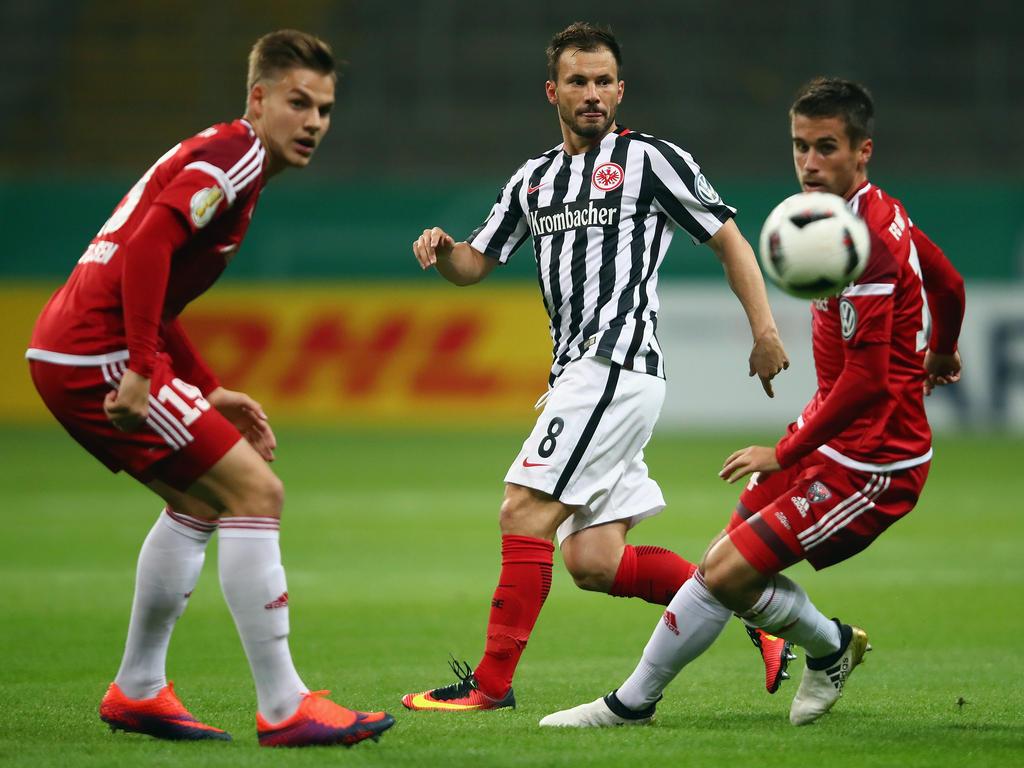 Frankfurts Szabolcs Huszti (M.) muss sich im Pokalspiel gegen Ingolstadt gegen zwei Gegenspieler durchsetzen. (25.10.2016)