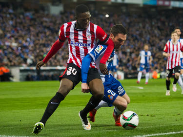 Iñaki Williams (l.) van Athletic Bilbao is verwikkeld in een strijd om de bal (04-03-2016).