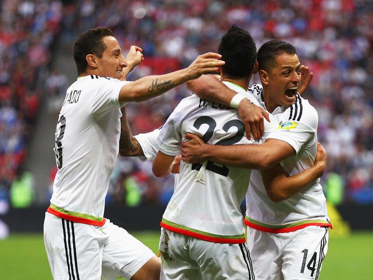 Los jugadores de México celebran uno de los goles a Rusia. (Foto: Getty)