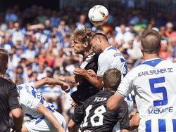 In einem hart umkämpften Spiel siegte St. Pauli in Karlsruhe mit 2:1