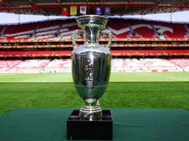 Um diesen Pokal geht es bei der Europameisterschaft 2016 in Frankreich.