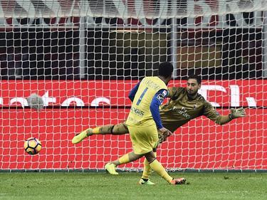 Jonathan De Guzmán schiet vanaf de stip raak voor Chievo Verona. Doelman Gianluigi Donnarumma gaat de verkeerde kant op. (04-03-2017)