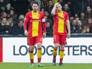 Sander Duits (l.) en Xandro Schenk (r.) verlaten teleurgesteld het veld van De Adelaarshorst na de 1-3 nederlaag van Go Ahead Eagles tegen PEC Zwolle. (19-03-2017)