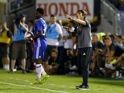 Chelsea-trainer Antonio Conte staat druk aanwijzingen te geven tijdens de oefenwedstrijd tegen Liverpool. (28-07-2016)