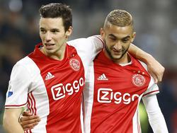 Nick Viergever (l.) en Hakim Ziyech (r.) zijn dikke vrienden tijdens het competitieduel Ajax - Excelsior (29-10-2016).
