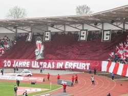 Zur Eröffnung ihrer neuen Arena begrüßen die Erfurt-Fans den BVB