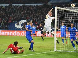 Hannovers Angreifer Ádám Szalai (l.) setzt einen Ball über das Tor