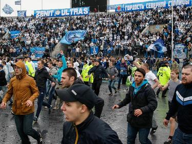 I tifosi dello Zenit invadono il campo