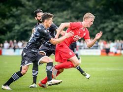 Fredrik Jensen in actie voor FC Twente in het oefenduel met PAOK Saloniki ter voorbereiding van het nieuwe seizoen. José Ángel Crespo Rincón en Gojko Cimirot zetten de achtervolging in. (16-07-2016)