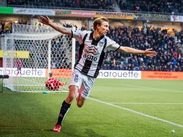 Vincent Vermeij laat zich zien in het stadion van zijn werkgever Heracles Almelo. De spits scoort de 2-0 tegen PEC Zwolle. (18-12-2016)