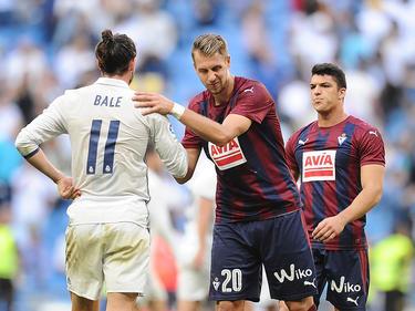 Lejeune (centro.) saluda a Bale en un duelo ante el Madrid. (Foto: Getty)