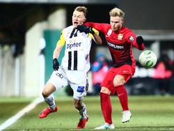 Marcel Holzmann nimmt Thomas Goiginger kurz aus dem Spiel