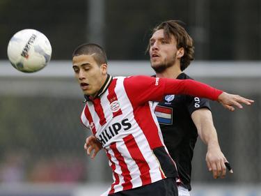Luiz Beto da Silva (l.) heeft moeite met de aanname, omdat Milan Massop (r.) er kort op zit tijdens het duel Jong PSV - FC Eindhoven. (22-04-2016)