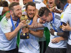 Shkodran Mustafi, Amin Younes en Julian Draxler zijn dolblij met de winst in de Confederations Cup. (02-07-2017)