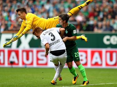 Alexander Schwolow (gelbes Trikot) rettet in dieser Szene für den SC Freiburg