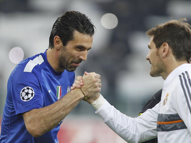 Gianluigi Buffon (l.) en Iker Casillas (r.) schudden elkaar de hand voor het duel Juventus-Real Madrid. (06-11-2016)