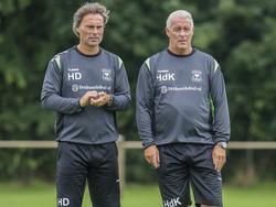 Harry Decheiver (l.) en Hans de Koning kijken toe tijdens de training van Go Ahead Eagles. (27-06-2016)