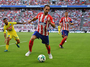 Juanfran despeja una pelota en su propio campo ante el Nápoles. (Foto: Getty)