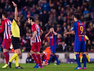 Momento de la expulsión a Suárez. (Foto: Getty)