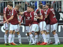Die Spieler des 1. FC Nürnberg freuen sich über den Führungstreffer beim Spiel auf St. Pauli. (29.11.2015)