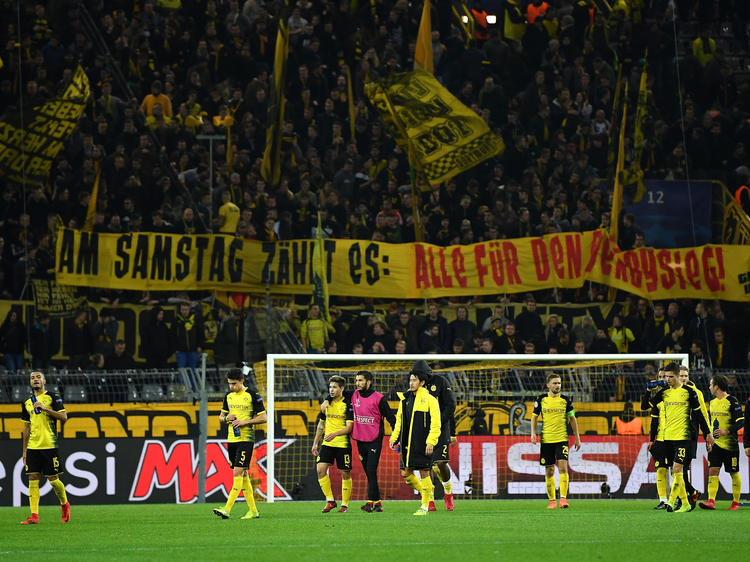 Die Fans von Borussia Dortmund fordern den Derbysieg gegen Schalke 04