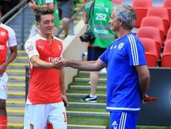 Özil (l.) und Mourinho pflegen enge Verbindungen