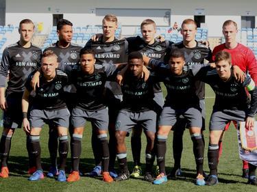 De selectie van Ajax A1 tijdens de kwartfinale van de Youth League voorafgaand aan de wedstrijd tegen Real Madrid. (08-03-2017)