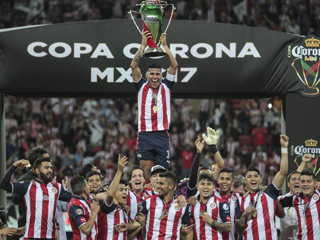 Los jugadores de Guadalajara posan con el trofeo conquistado. (Foto: Imago)