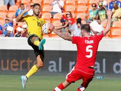 Jamaikas Joel McAnuff hebt den Ball über Kanadas David Edgar