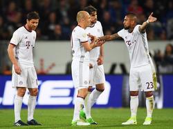 Vidal (dcha.) pide explicaciones a sus compañeros durante el duelo. (Foto: Getty)