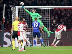 Ralf Fährmann moet zich helemaal strekken om een doelpoging van Ajax uit de goal te halen, terwijl Guido Burgstaller (19) en Bertrand Traoré (9) toekijken. (14-04-2017)