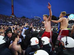 Spieler des HSV freuen sich Anfang Juni 2015 über den abgewendeten Abstieg