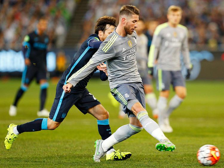 Ramos (d.) toca el cuero ante la presión de David Silva del City en esta pretemporada. (Foto: Getty)