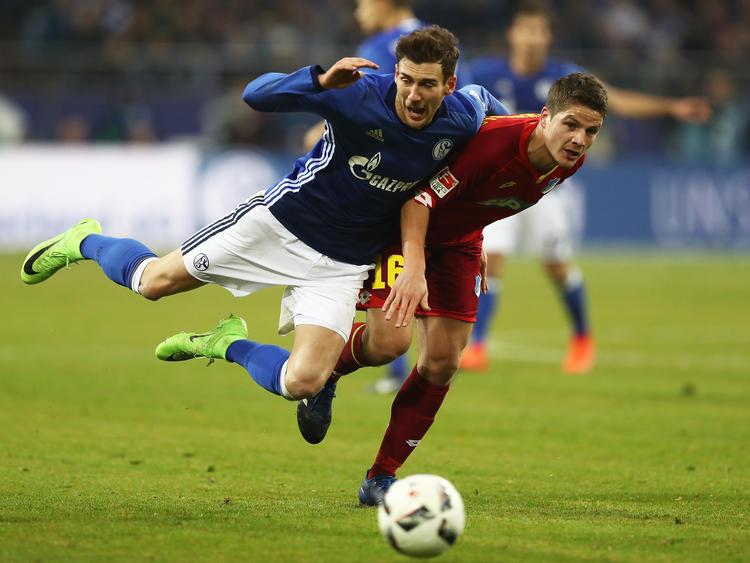 Schalkes Leon Goretzka (l.) im Zweikampf mit Hoffenheims Pirmin Schwegler