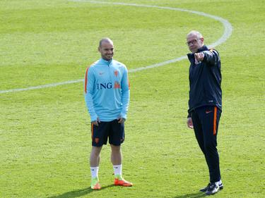 Wesley Sneijder (l.) en assistent-trainer Fred Grim (r.) kunnen lachen tijdens de training van Oranje (21-03-2017).